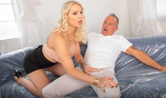 Блондинка начинает жадно отсасывать седому мужчине длинный прекрасный ...