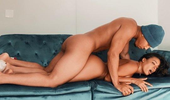 Брюнетка разделась до гола и раздвинула ноги для секса с другом...