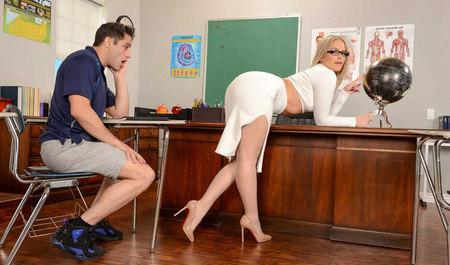 Развратная сучка соблазнила парня в офисе своей попкой