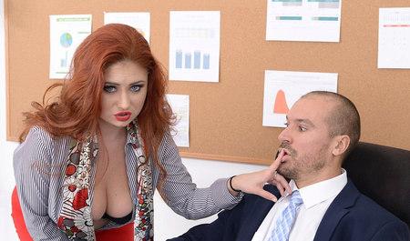Парень загнул рыжую толстушку и трахнул в офисе...